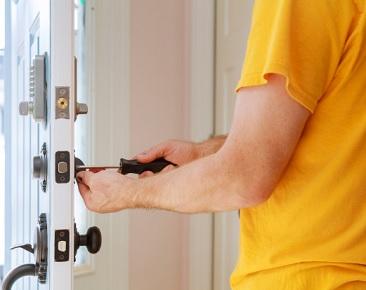 דלתות פנים לשמור על צירים בדלת